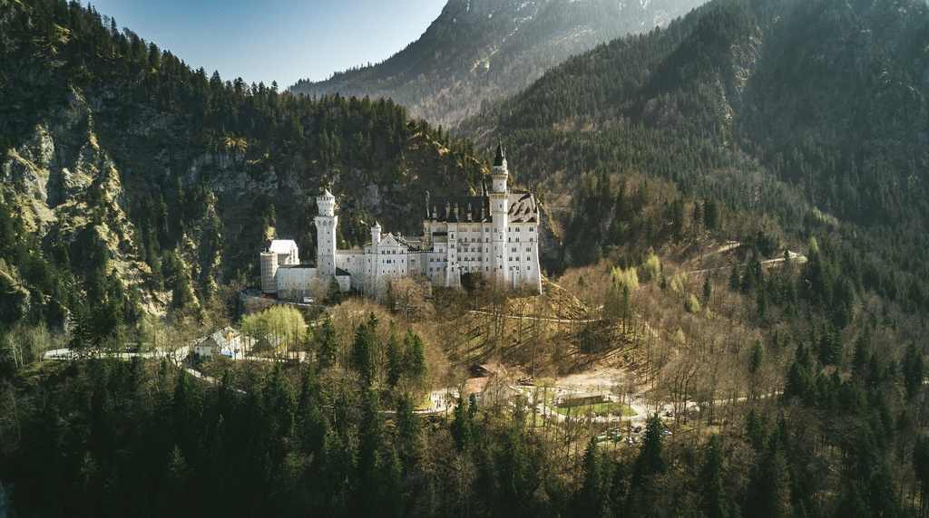 6 randomly chosen castles with stories in Europe